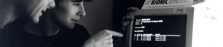 """Rena Tangens und padeluun sitzen in einem (gestellten) Foto vor der BIONIC-MailBox - ein Bild aus der typischen Serie """"Männer zeigen Frauen etwas"""" ..."""