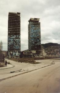 Ausgebranntes Zwillings-Hochhaus in Sarajevo